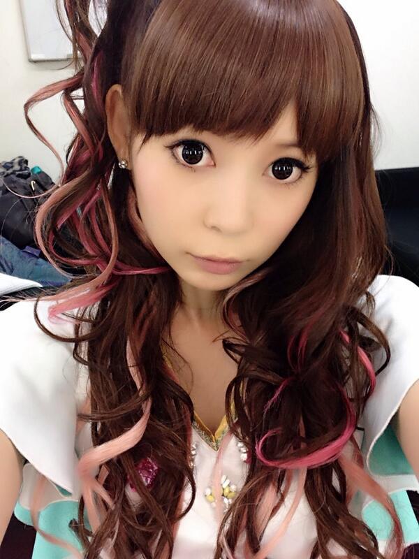カラフルなメッシュの入った髪で可愛い衣装で真剣な顔の中川翔子