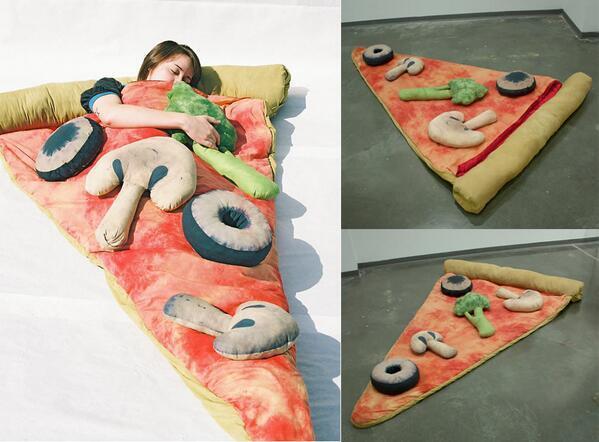 ピザの寝袋 (via http://www.etsy.com/listing/96236038/slice-of-pizza-sleeping-bag-w-optional…)