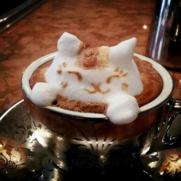 فنان ياباني متخصص في قهوة اللاتيه ولكن بطريقة مختلفة وإبداعية . #غرد_بصورة #قهوة #فن