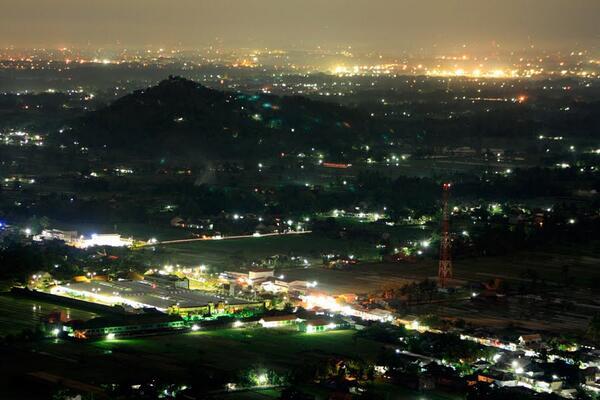 """-> """"@DIJogjakarta: Di bukit bintang tempat paling romatis di jogja, duduk-duduk berdua sama dia sweet banget :') """""""