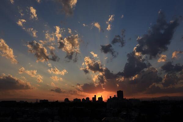 たまにあるんだ、夕陽が消失点になるパースの雲! http://t.co/YtQKShWbCT