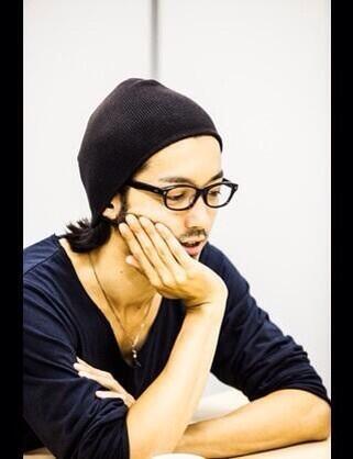 黒縁メガネも似合う金子ノブアキ