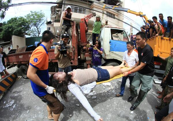 #VisayasQuake Rescuers retrieve a woman trapped in a car after concrete wall falls on vehicle | Ferdinand Edralin http://twitter.com/TheFreemanNews/status/389987380037316608/photo/1