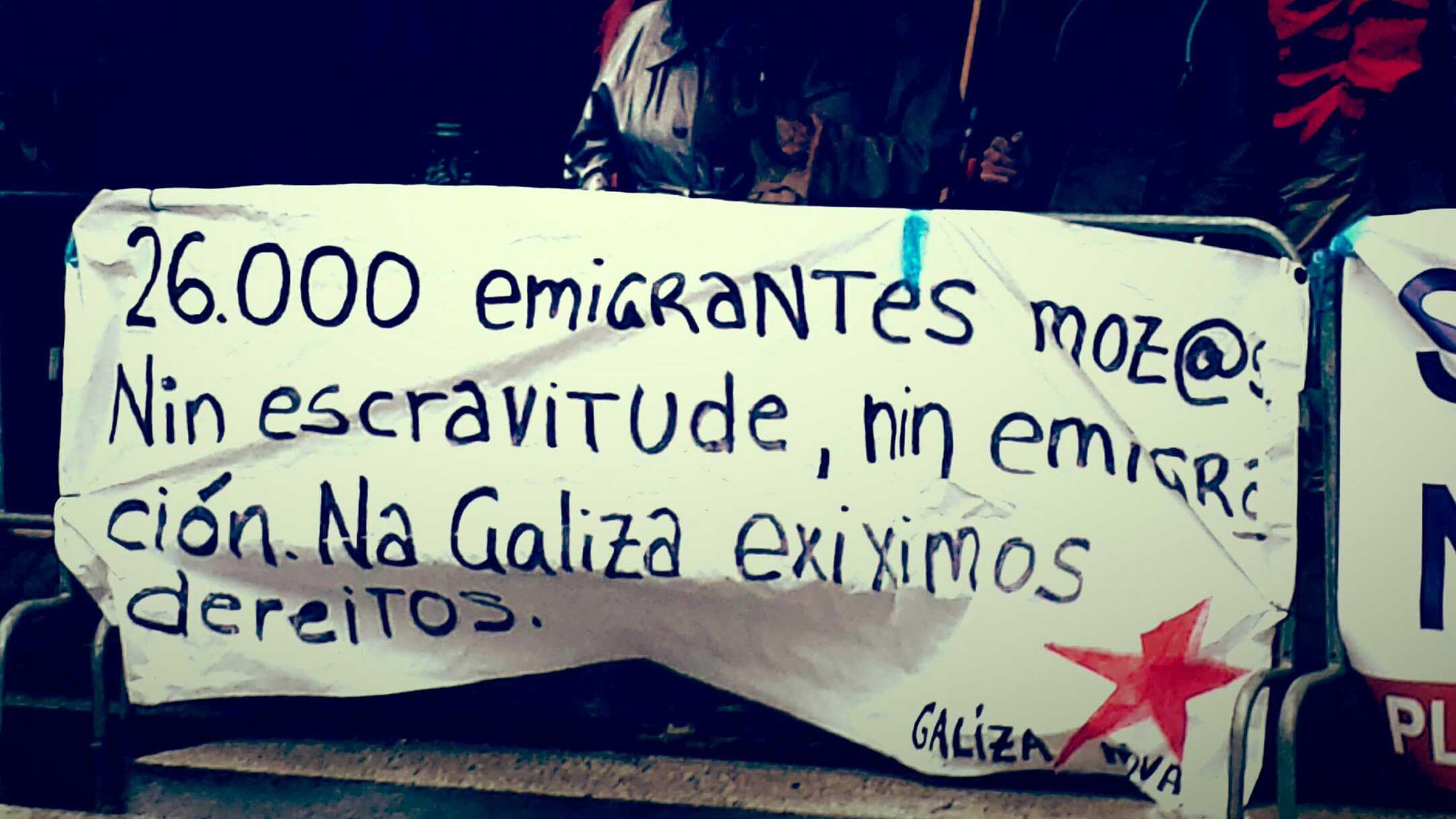 Twitter / galizanova: Protestando diante do Parlamento! ...