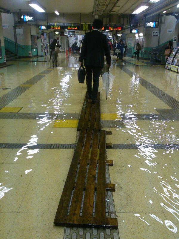 新小岩駅、水が溢れスノコが投入されてます。