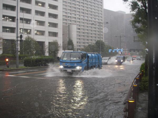 【大手町でも大雨・暴風】東京消防庁本部庁舎(千代田区大手町)前でも一部道路が冠水しています。東京地方では、これから昼前にかけて大雨が続き、きょう一杯10m以上の強風が続くと予想されています。最新の台風情報に注意して下さい。#東京消防庁