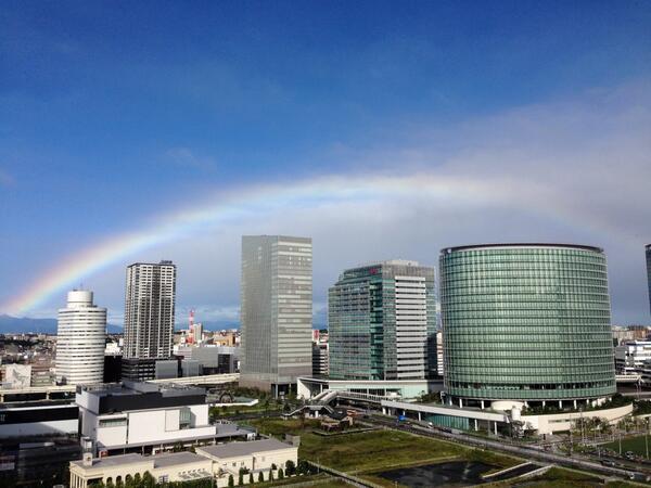 横浜駅はJR全滅。京急も入場制限で入れない。みなとみらい線は横浜-中華街押し返し。東横線も止まってる。みんな、空には虹が出てたよー!