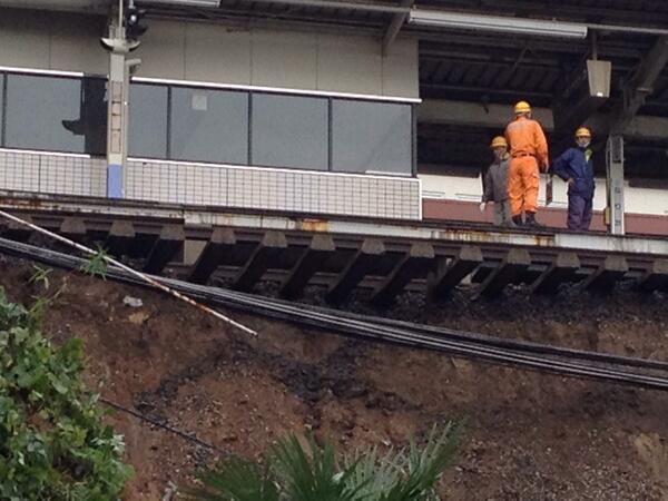 京成線が死んだ。京成成田駅の斜面崩落現場。線路が完全に浮いてる。