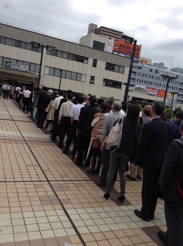 ホームに入れる気がしない。常磐線快速松戸駅。