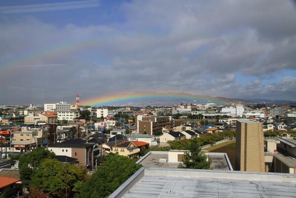 【2重の虹が伊丹を架ける】  みなさん、こんにちは。 今日、13:30~13:45ごろまで、伊丹で2重の虹を発見しました。  とても、低い位置での虹が、伊丹の街なかに橋のように架かっていました。