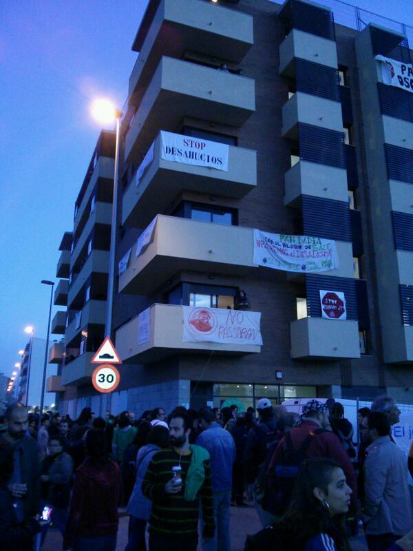 RT @LA_PAH: Buen día desde #BlocSalt. Se madrugó ;) hoy demostramos a @SAREB_Bancaria q #DerechoAtecho se respeta. http://twitter.com/LA_PAH/status/390354014938091520/photo/1