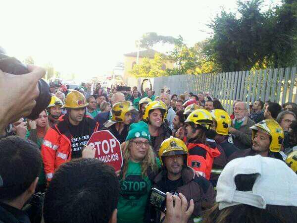 Bomberos en apoyo a activistas celebran desahucio parado #BlocSalt x tribunal europeo d DDHH http://twitter.com/laccent/status/390368710353223680/photo/1 v v @PAHBaixMontseny