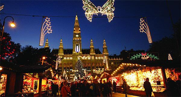 ウィーン市庁舎前広場の『#クリスマス市』11/16~12/24 木々は、巨大なボンボンや輝くハートのイルミネーションで装いを凝らします。中央にはクリスマス市の屋台が並びます。http://www.christkindlmarkt.at/