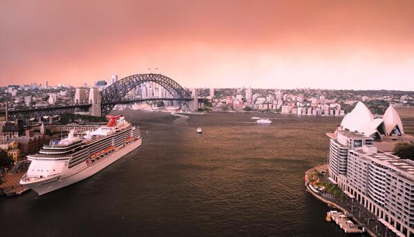 The eery view from my office of the Sydney Harbour Bridge, Opera House and to North Sydney #nswfires #bushfires http://twitter.com/aussiegoldy/status/390727455582871552/photo/1