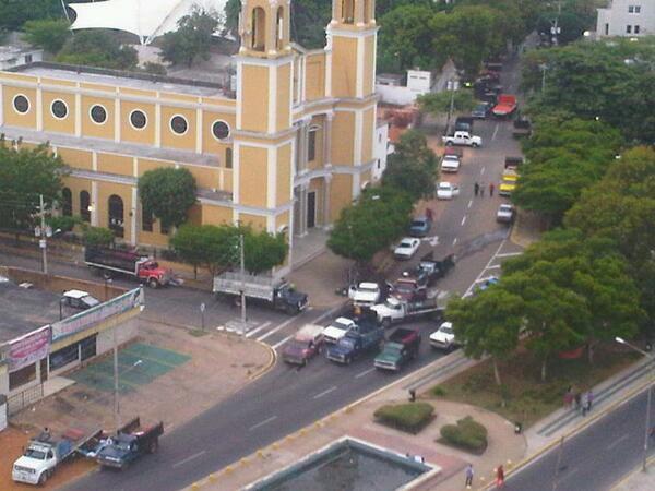 B-Dias Macbo. Amanecemos con protesta d los Bachaqueros en la adyacencia d la Resid de nuestro Cdte Arias Cardenas. http://twitter.com/jedubri/status/390792499037364224/photo/1