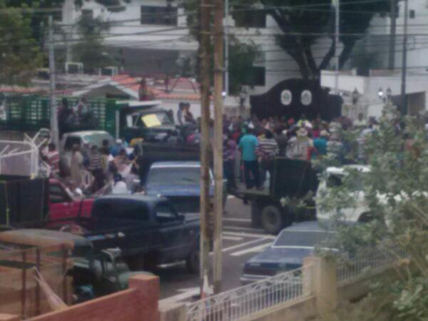 Los bachaqueros amanecen en casa del Gobernador. Desde las 12am. http://twitter.com/JoseL_Antunez/status/390802985288474624/photo/1