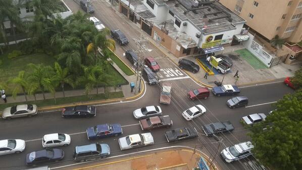 Los bachaqueros provocan caos en Mcbo ,#acabodemundo o falta de gobierno http://twitter.com/NellyVio/status/390808099017461760/photo/1