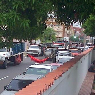 "RT @TrafficMCBO via @Patry76nu Bachaqueros ""toman"" residencia del gobernador. FOTO http://twitter.com/Patry76nu/status/390809580910821376/photo/1"