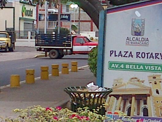 """ATENCION Cercada por """"Bachaqueros"""" """"Cooperativistas"""" #Zu #Mcbo residencia oficial del gobernador @PanchoArias2012 http://twitter.com/ALugos/status/390811024607019008/photo/1"""