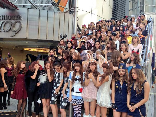 ハロウィン】渋谷109前に仮装した店員が集合し記念撮影中。 http//www.fashionsnap.com/news/2013,09,22/shibuya109,halloween13/ \u2026 pic.twitter.com/lWdU9AJusS\u201d