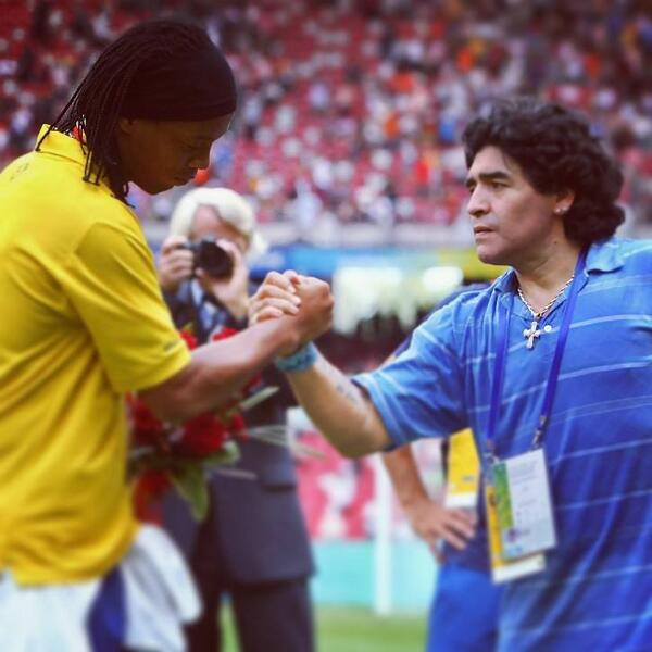Hoje é aniversário de um grande ídolo! Um dos maiores jogadores de futebol da história. Parabéns Maradona! http://t.co/WhnTLmISVQ