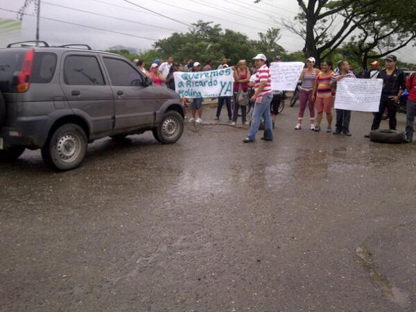 Foto: Trancado Ocumare del Tuy por protestas solicitan adjudicacion de viviendas en Santa Bárbara vía @rivero_johan http://t.co/lxdk7pog7m
