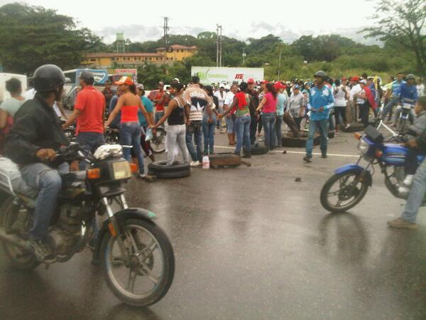 Imagen: Cerrada la entrada a Ocumare del Tuy a la altura de la Unefa por manifestación vía  @maryadelys24 http://t.co/iKdz6mfzKh