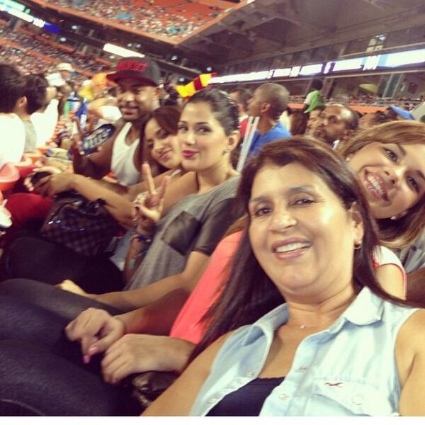 Booba, sa femme (enceinte) et sa belle famille . Sa femme est vénézuélienne et s'appelle Patricia Vinces  #Izi #Heat http://twitter.com/LeVraiSupra/status/392036095279374336/photo/1