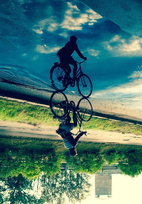 水たまりに映った影と青空が素敵な写真(via http://www.pinterest.com/pin/89790586294063388/…)