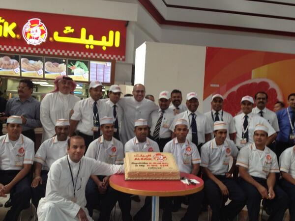 Albaik On Twitter صورة لأول ضيف تم استقباله في مطعم البيك في السلام مول بجدة كما نشكرة على لطفه و تفاعلة معنا Http T Co Ifubishn5d