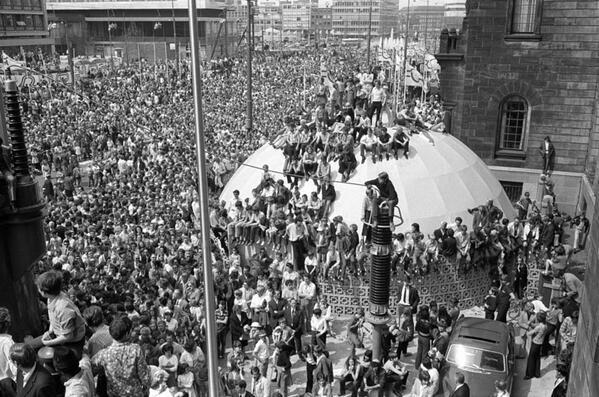 Heel Rotterdam liep in 1970 uit om de cup te zien. Meer foto's op http://t.co/eHjZBbV7N7 #stukvanhetjaar #Feyenoord http://t.co/fUl2eEyatm
