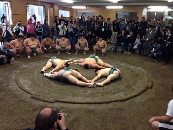 I don't think there are many cyclists that can do this #sumo http://t.co/oimGKrp64X