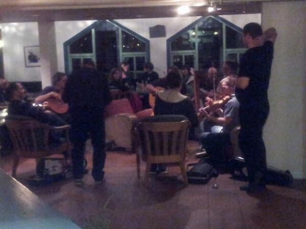 Pub jam med fiddlers bid med venner. #Osafestivalen #Voss #OleBullakademiet pic.twitter.com/aDV9WLwgBq