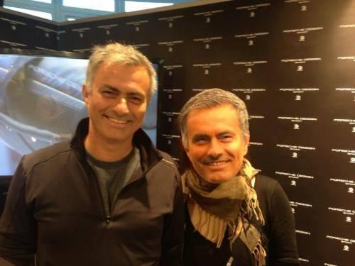 BXkEdo5CUAEVSYR Jose Mourinho poses for a photo next to a kid in a Jose Mourinho mask