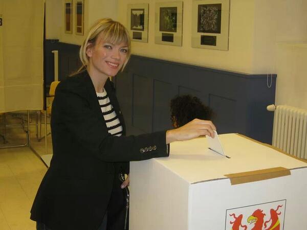 #ltw13 - Politiker stecken Wahlzettel in Wahlurne