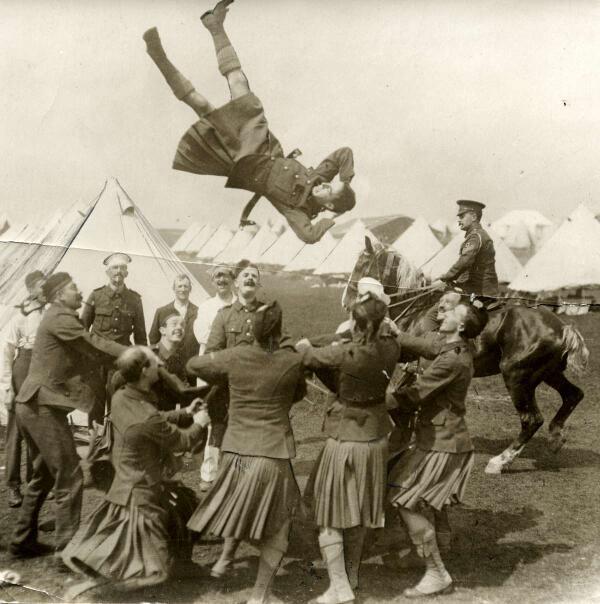 """民族衣装bot on Twitter: """"1915年、第一次世界大戦中、前線へ向かう ..."""