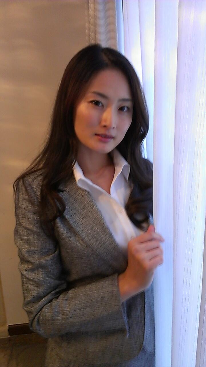 村上里沙(竹内纱里奈)是隶属于那个经纪公司的,求大神指点!!!