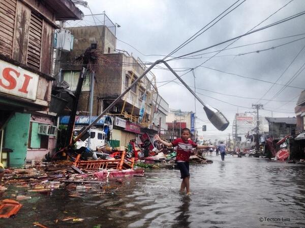 台風30号によって壊滅的な被害を受け、水没した市街から避難する少年。約950万人が被災し、衛生状況の悪化やライフラインの確保の難航が懸念されております。皆様からのご支援お待ちしております。http://www.japanforunhcr.org/phillipine1111
