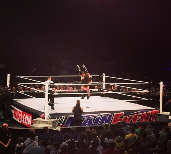 WWE Main Event 12.11.2013 BY5O9BXCYAAf_vU