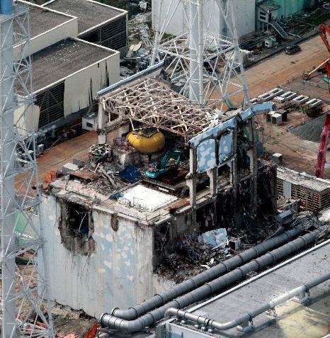 【拡散】tayanpapa 4号機の東側の写真を見っけた。東電が出している写真はみんな南と西だけで、東側と北側の写真はないらしい。東側は崩壊している上に、何か黒焦げになっているように見える。 https://t.co/eAGQodSVkN