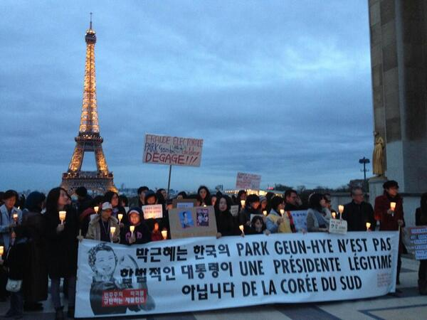 A photo from #Paris' mini candlelight protest against #ParkGeunhye, on #Trocadero http://t.co/CiiwFlcMGU @pearswick @amnseoul #NISgate