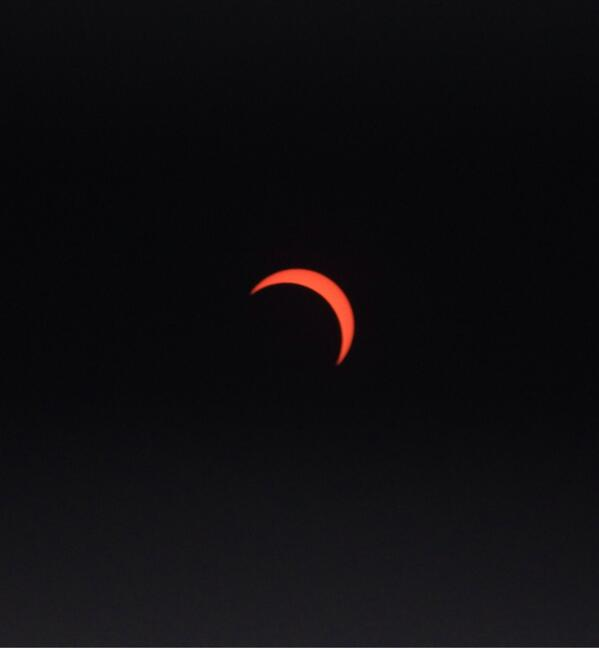 13:22 – Peak of the hybrid #eclipse as seen from Accra, Ghana. http://t.co/8mwxniw203 #solareclipse http://t.co/X2k8ZusnWk