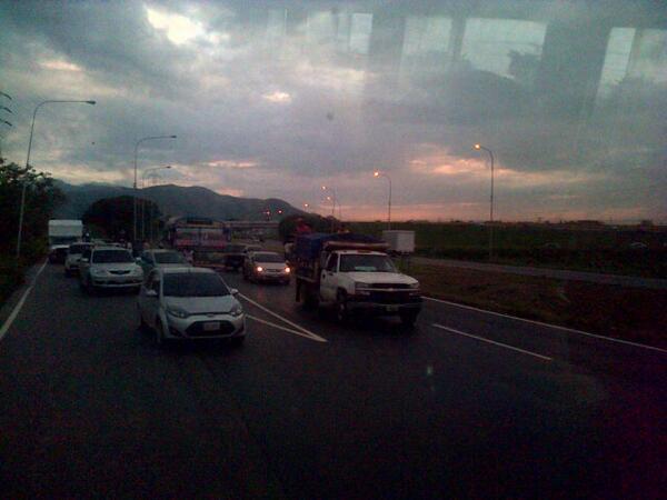 via @FelipeGHC: Choque de Aveo con Bus de Guacara gran afluencia en #ARC #Trafico #Carabobo tomar vías alternas. http://t.co/2vE7sptnlD