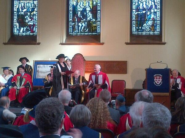 Suzanne Fortier recoit la charte et le sceau de l'université du GG #mcgillinstallation http://t.co/UEqOsF0eD8