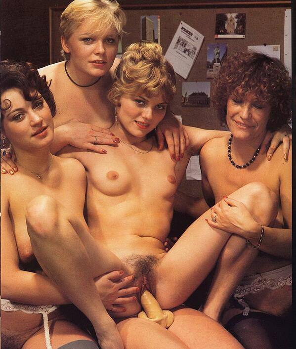 Brunette milf double pussy penetration