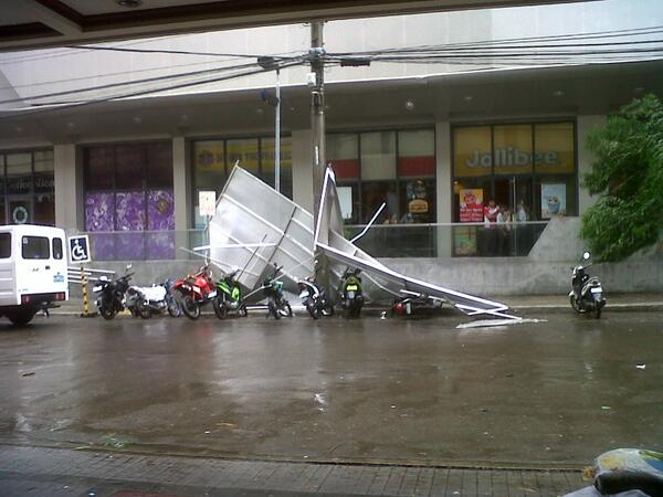Photo taken by @lito_rama in front of Robinson's cybergate, Cebu city. #YolandaPH http://t.co/tcT9uvoVmf | @MoveP: