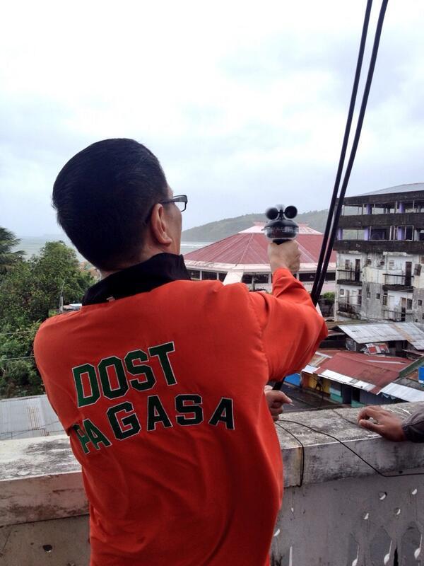 Ang Storm chaser ng PAGASA habang sinusukat ang lakas ng bagyong #YolandaPH sa Matnog Sorsogon. | @DZMMTeleRadyo http://t.co/fGrPw3nmlz