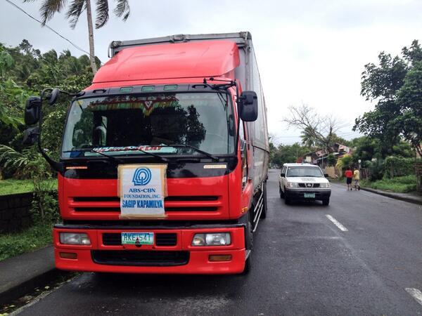 Stranded din ang truck ng relief goods ng ABS-CBN Sagip Kapamilya sa Matnog Sorsogon. http://t.co/JhFEhaxkW0