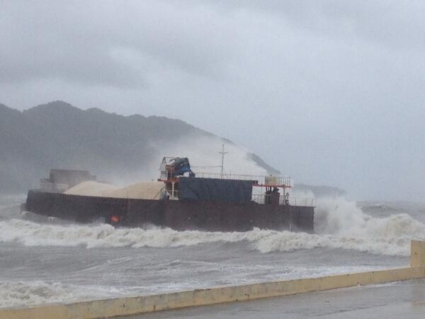 Mga crew ng cargo vessel sa guindulman bay bohol, nagpaparescue na dahil sa malalaking alon @dzmmteleradyo http://t.co/qftXylXIoj
