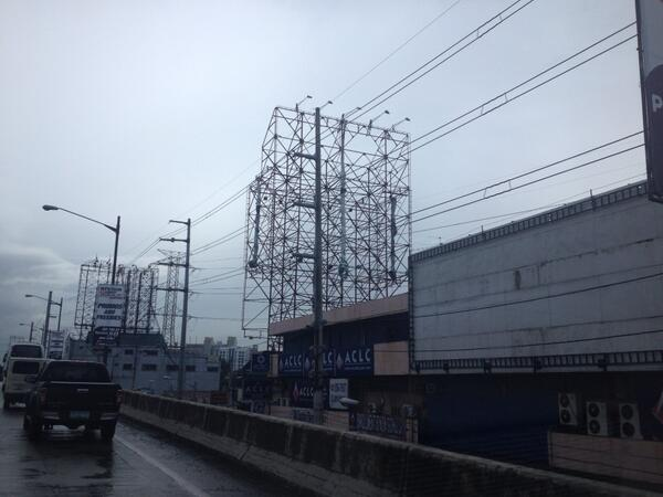 PHOTO: mga billboards along SLEX, ibinaba na #Yolanda http://t.co/2Bx87yjuBq